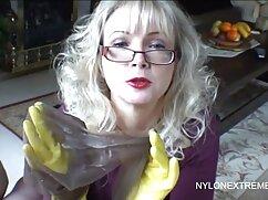 ソファの上に横たわっている間に吸う大きな胸の熟女 女性 に 優しい アダルト ビデオ