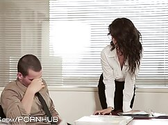 コーチは美しい茶色の座席に滑りを舐める エロ ビデオ 女性 用