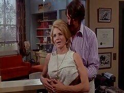 セクシーな金髪は、カーペットの上に唐L.を撫で エッチ 動画 女の子