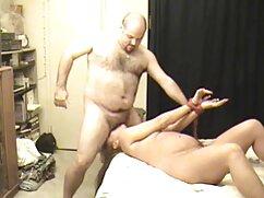 主婦パンストは彼女のお尻を示しています。 アダルト ビデオ 女性 向け