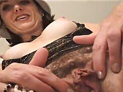 赤いソファの上に赤い髪のコックで女性の膣を仕上げるための黒い木 わたし が 見 たい アダルト ビデオ