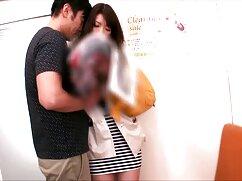 ソファの上に短いスカートを持つ美しい女性に実行されている男。 av ビデオ 女性 用