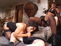 熟女の裸の黒いマスク、地面に膣に大きな胸 アダルト ビデオ 女子
