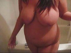 Webモデルの女の子は、カメラのお尻にディルドを押します 大人 の ビデオ 女性